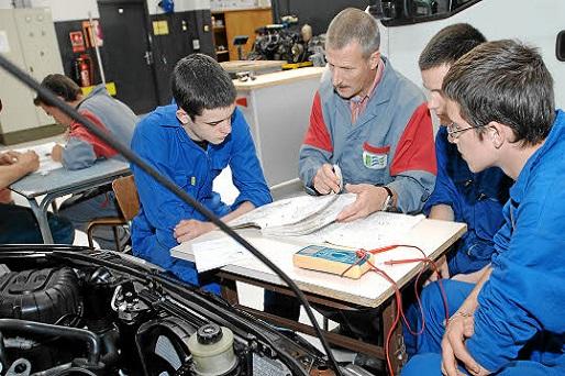 PHOTO EUGENE LE DROFF/LE TELEGRAMME. BREST (29) LE 20070910 : Enseignement professionnel ( CAP )  - IFAC ( Institut de Formation par Alternance Consulaire ) à  Brest .  Atelier mécanique  automobile